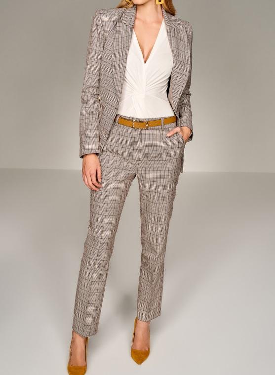 Kahverengi desenli kadın takım elbise modeli