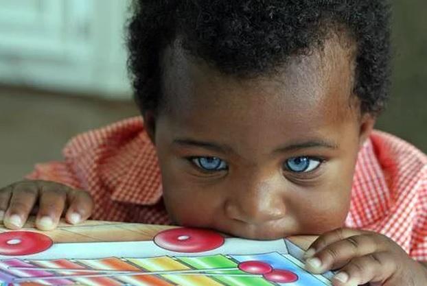 Mavi gözlü siyahi bebek